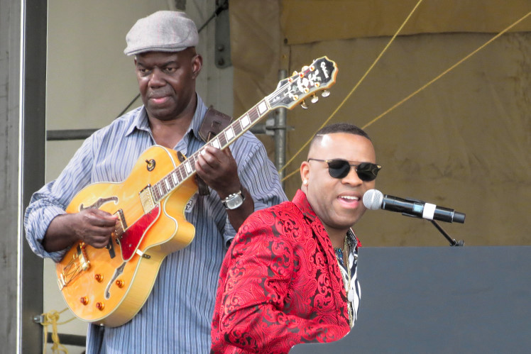 Davell Crawford and his guitarist